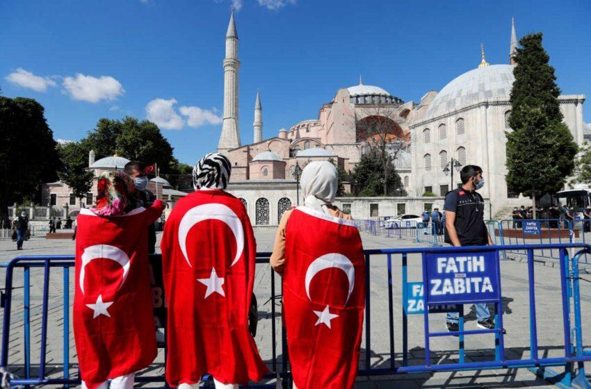LIVE: Πανηγυρίζουν με σημαίες έξω από την Αγία Σοφία οι Τούρκοι