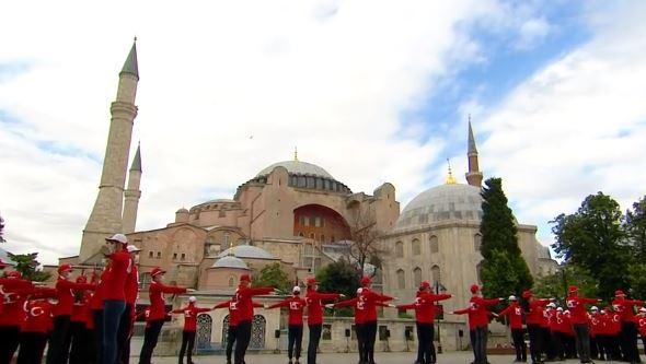 Προκλητικός όσο δεν πάει ο Ερντογάν: Έστησε σόου μπροστά από την Αγιά Σοφιά (vid)