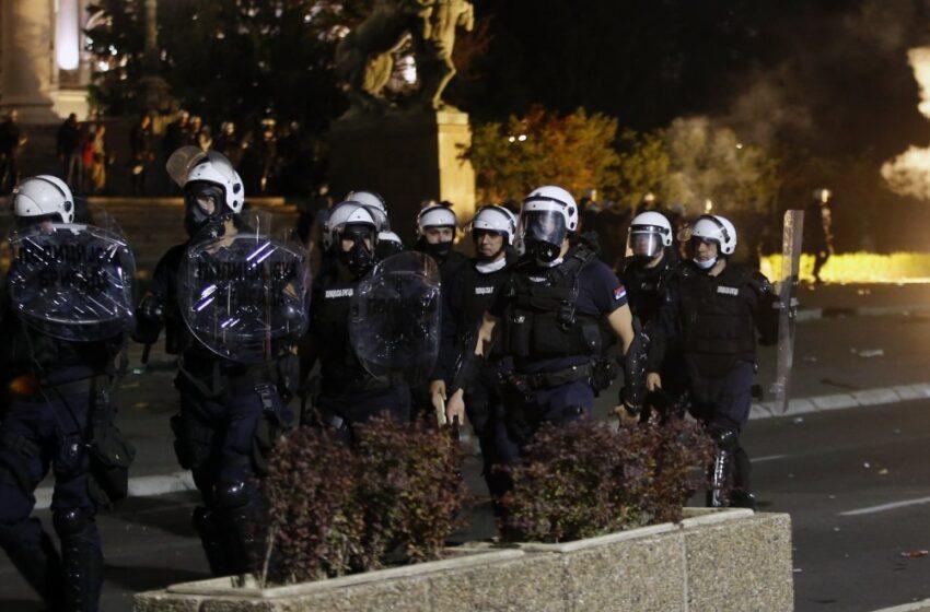 Βελιγράδι: Εισβολή διαδηλωτών στο Κοινοβούλιο-Διαμαρτύρονται για το νέο lockdown