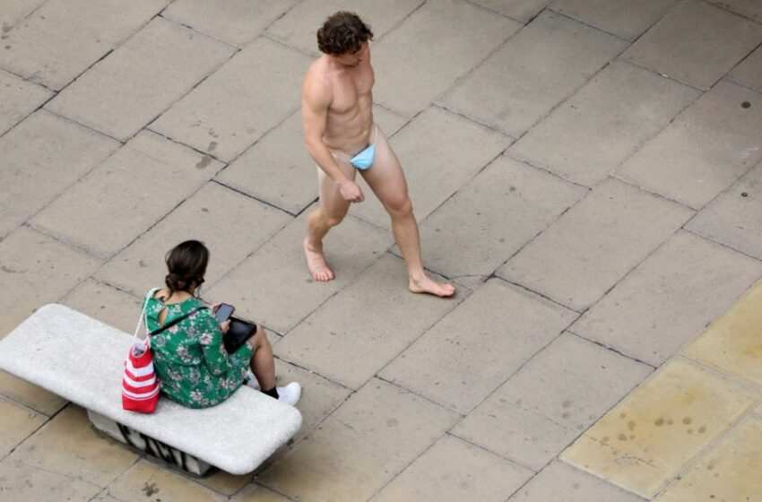 Κυκλοφορούσε γυμνός στην Όξφορντ Στριτ με μια μάσκα στα… γεννητικά του όργανα