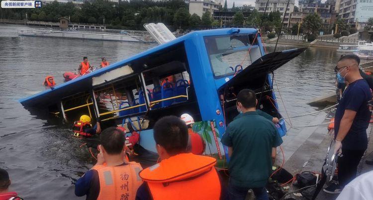 Ασύλληπτη τραγωδία: Τουλάχιστον 21 νεκροί μαθητές εξαιτίας πτώσης λεωφορείου σε τεχνητή λίμνη στην Κίνα (vid)