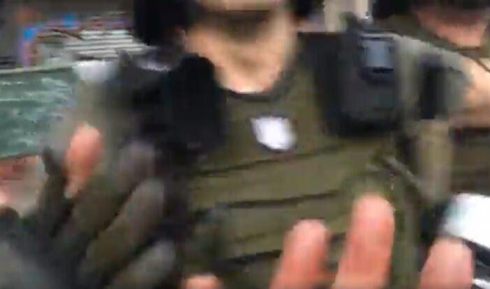 Σύνταγμα: Άνδρες των ΜΑΤ επιτέθηκαν σε δημοσιογράφο (vid)
