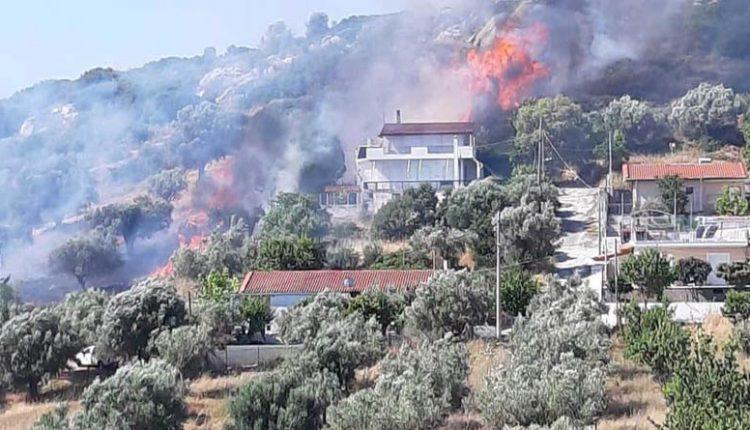 Φωτιά κοντά σε σπίτια στα Σπάτα