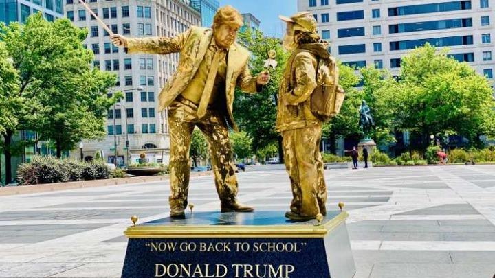 """Χρυσά """"αγάλματα"""" απαθανατίζουν τις χειρότερες φετινές στιγμές του Τραμπ"""