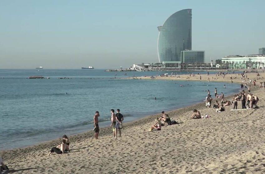 Οι Ισπανοί κατέκλυσαν τις παραλίες της Βαρκελώνης, αψηφώντας τις συστάσεις των αρχών