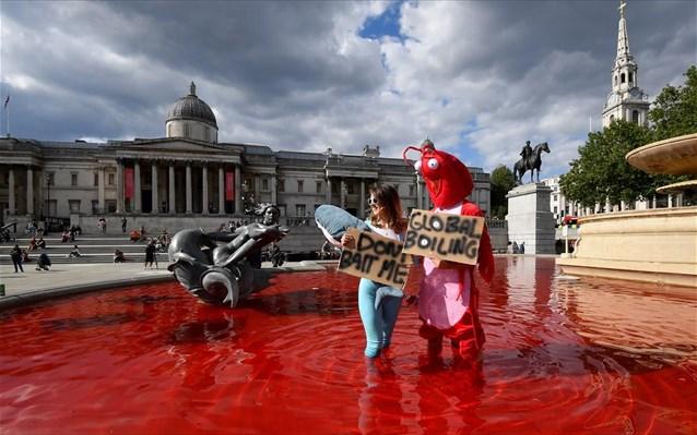 Λονδίνο: Κόκκινη μπογιά σε σιντριβάνια από ακτιβιστές υπέρ των δικαιωμάτων των ζώων