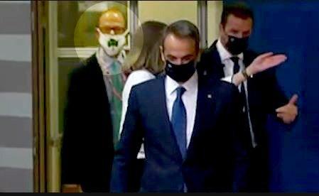 Με μάσκα του Παναθηναϊκού μέλος της συνοδείας Μητσοτάκη στη Σύνοδο Κορυφής