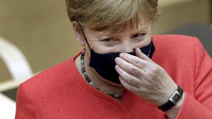 Εμφανίστηκε για πρώτη φορά με μάσκα η Μέρκελ (εικόνες)
