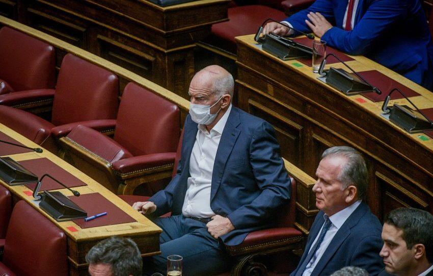 Ο… μασκοφόρος Γιώργος Παπανδρέου στη Βουλή (εικόνα)