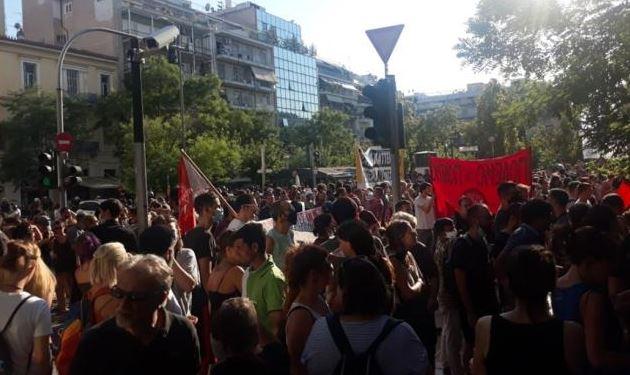 Ένταση έξω από την ΑΣΟΕΕ – Αστυνομικοί επιτέθηκαν σε διαδηλωτές που αποχωρούσαν από αντιφασιστική συγκέντρωση (vid)