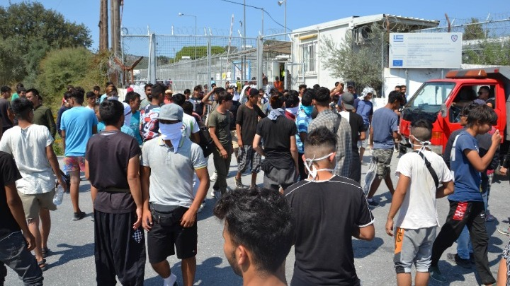 """""""Κόλαση"""" στη Μόρια: Νεκρός 19χρονος από συγκρούσεις προσφύγων"""