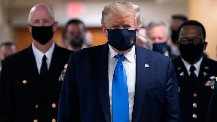 Πρώτη φορά με μάσκα δημόσια ο Τραμπ καθώς η πανδημία έχει ξεφύγει από κάθε έλεγχο στις ΗΠΑ