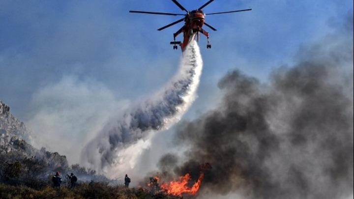 Λαύριο- μεγάλη πυρκαγιά: Εκκενώθηκαν οικισμοί και κατασκηνώσεις
