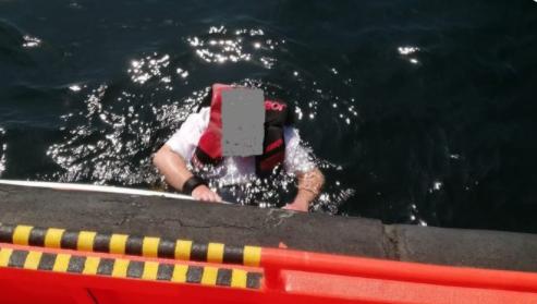 Ναυαγός: Έζησε 3 μέρες πάνω σε σανίδα σερφ