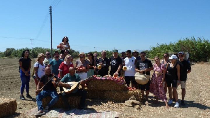 Αγρότες για μια μέρα έγιναν γνωστοί ηθοποιοί και σεφ στη Νάξο