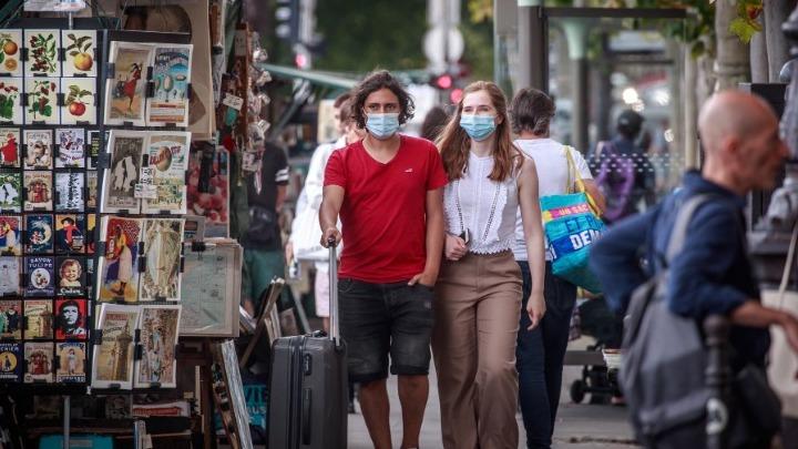 Το Παρίσι επιβάλλει τη χρήση της μάσκας σε εξωτερικούς χώρους
