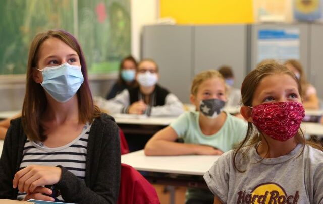 Τι μάσκες πρέπει να φορούν οι μαθητές- Τι θα συμβεί εάν εκδηλωθεί κρούσμα σε σχολείο
