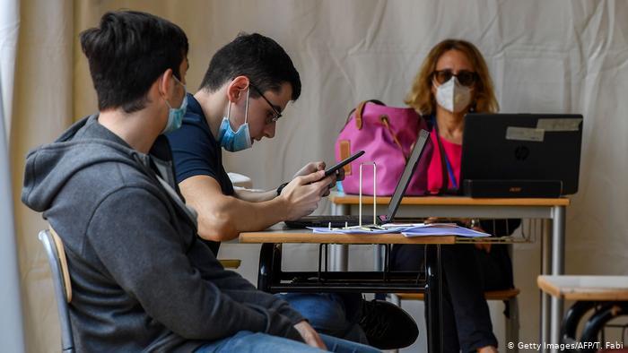 Με μονοθέσια πλαστικά θρανία με ρόδες θα λειτουργήσουν τα ιταλικά σχολεία- Στις 14 Σεπτεμβρίου