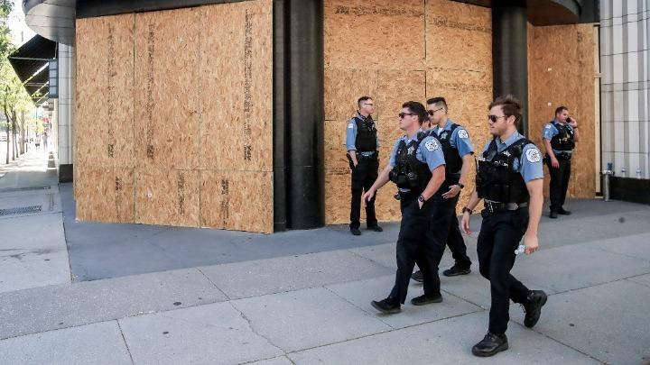 Λεηλασίες και πυροβολισμοί στο Σικάγο, τουλάχιστον 100 συλλήψεις