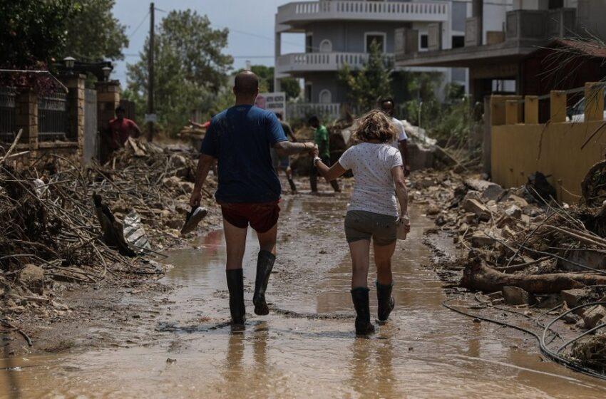 Εύβοια: Θρήνος για τους νεκρούς, μάχη με τη λάσπη και την καταστροφή (vid)