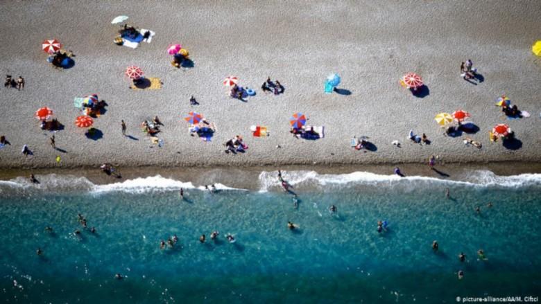 """Αποκάλυψη """"Ριζοσπάστη"""": Οι ξενοδόχοι είχαν ζητήσει από τις 17 Ιουλίου να μην ανακοινώνεται αριθμός κρουσμάτων ανά νησί"""