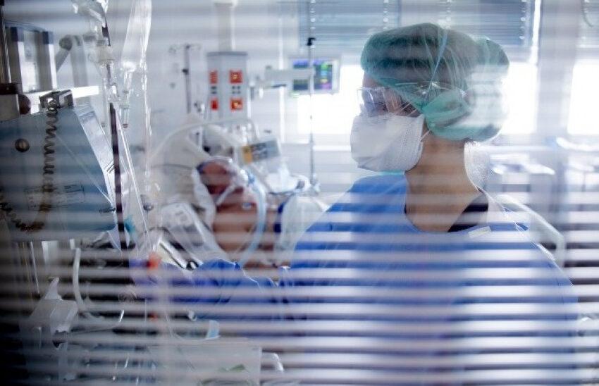 """Νέο """"καμπανάκι"""" από το ΕΚΠΑ: Η επαναμόλυση ασθενούς, μάς υπενθυμίζει πόσα δεν γνωρίζουμε για τον κοροναϊό"""