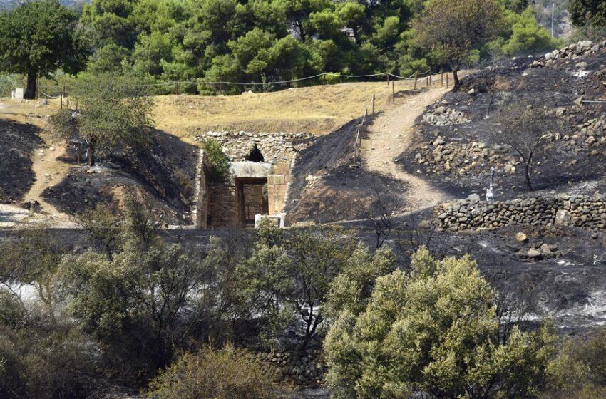 Υπό μερικό έλεγχο η φωτιά στις Μυκήνες – Ποιες περιοχές επλήγησαν εντός του αρχαιολογικού χώρου – Ασαφής η εικόνα για τις αρχαιότητες