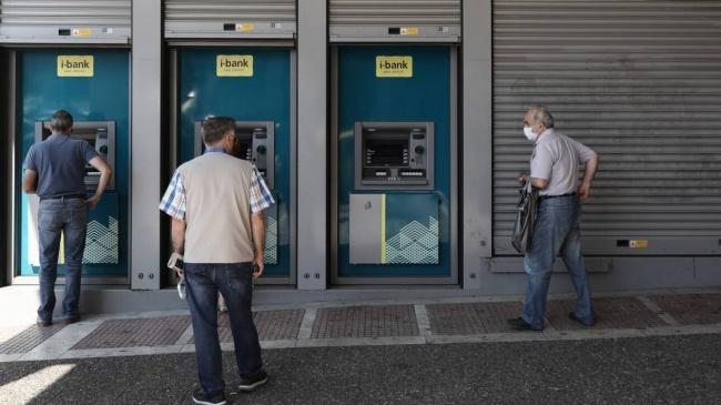 Ο κοροναϊός βύθισε την κατανάλωση και εκτίναξε τις καταθέσεις στις τράπεζες