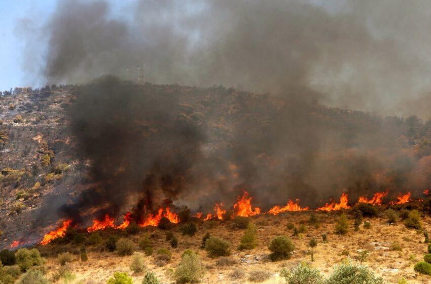 Φωτιά στην Αρχαία Κόρινθο – Σπεύδουν ισχυρές δυνάμεις της πυροσβεστικής