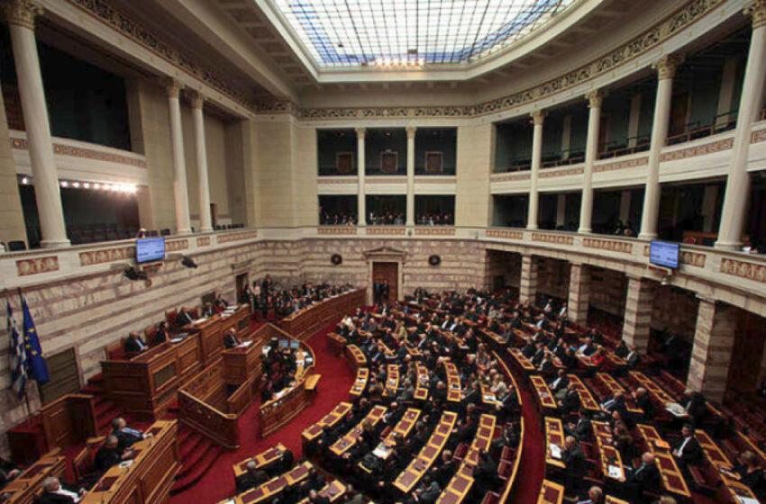 """""""Ενταση"""" στη Βουλή μεταξύ κυβέρνησης – αντιπολίτευσης για τη στέρηση των πολιτικών δικαιωμάτων της Χρυσής Αυγής"""