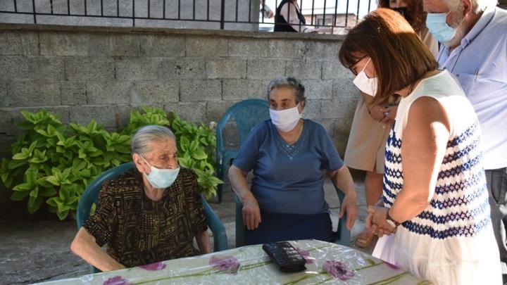 Η ΠτΔ με τις γιαγιάδες της αλληλεγγύης στη Λέσβο
