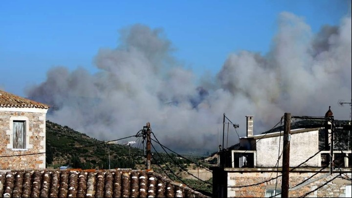 Σε επιφυλακή πυροσβεστικές δυνάμεις και κάτοικοι για την μεγάλη φωτιά στη Μάνη