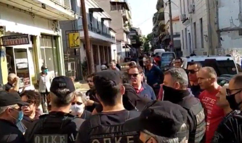 Καρδίτσα: Αστυνομικοί εμπόδισαν κατοίκους να διαμαρτυρηθούν στον πρωθυπουργό (vid)