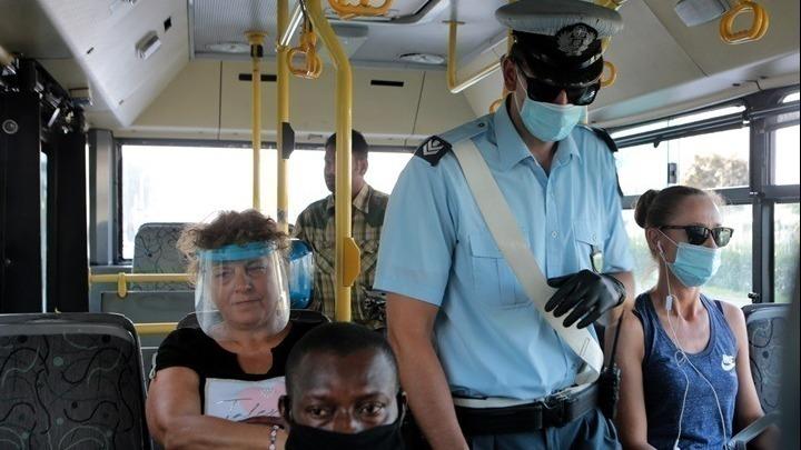 Έλεγχοι και συλλήψεις από την ΕΛΑΣ για παραβιάσεις στην τήρηση των μέτρων