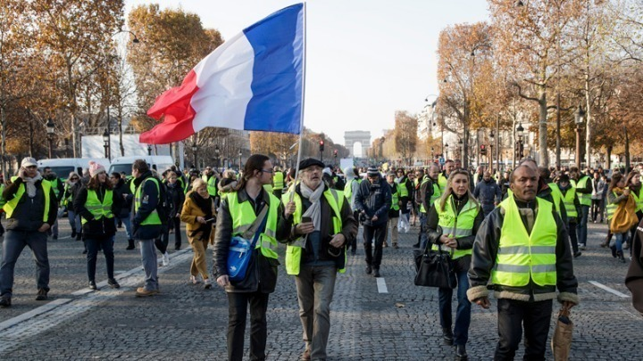 """Ταραχές σε διαδήλωση των """"κίτρινων γιλέκων"""" στο Παρίσι"""