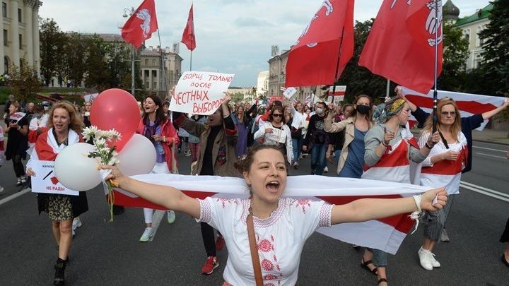 Χιλιάδες άνθρωποι διαδηλώνουν στο Μινσκ και στις άλλες πόλεις κατά του προέδρου Λουκασένκο