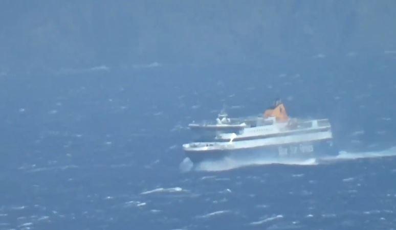 """Φοβερό: Τα κύματα """"σκεπάζουν"""" το Super Ferry στο στενό Τήνου-Μυκόνου"""
