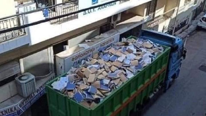 Viral: Φωτογραφία από τη ΔΟΥ Αχαρνών με φορτηγό γεμάτο φακέλους (εικόνα)