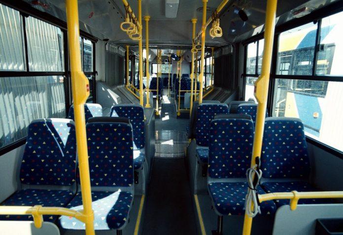 """Εικόνα """"ζούγκλας"""" σε λεωφορείο – Ηλικιωμένος άρχισε να χτυπά νεαρό επειδή δεν φορούσε μάσκα (vid)"""