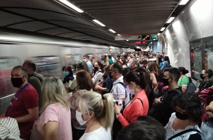 Μετρό ώρα 8:40: Εικόνες απίστευτου συνωστισμού – Εργαζόμενοι στη μέγγενη κοροναϊού και τηλεργασίας