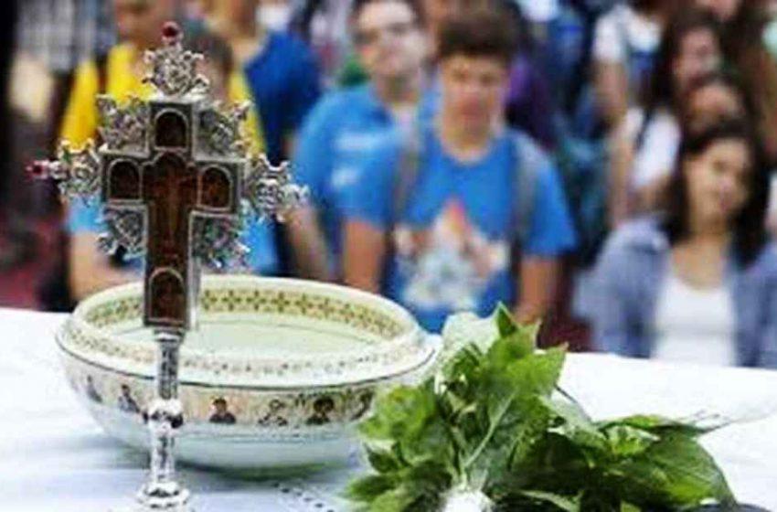 """Κοζάνη: Ο ιερέας του χωριού ζήτησε από δασκάλους-γονείς και μαθητές να βγάλουν τις μάσκες –  """"Ο κορωνοϊός δεν κολλάει αν φιλήσεις το σταυρό""""!"""
