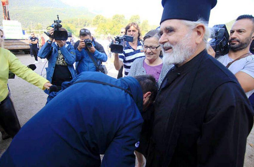 """Ιερέας για Χαρδαλιά: """"Τον συγχαίρω που μου φίλησε το χέρι"""" (vid)"""