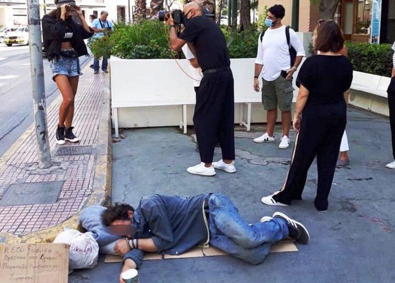 Ο Δ.Σκουλός προκαλεί: Αυτό που κάνετε δεν είναι πολύ ωραίο – Αντίδραση για την φωτογράφιση δίπλα στον άστεγο (vid)
