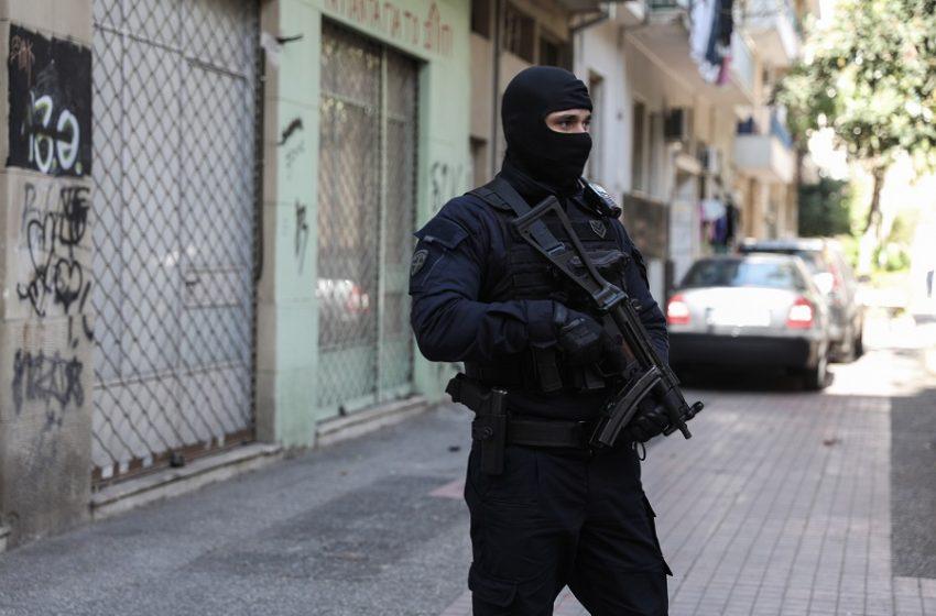 Σε εξέλιξη μεγάλη αστυνομική επιχείρηση για ναρκωτικά στη Δυτική Αττική – Συλλήψεις για ναρκωτικά