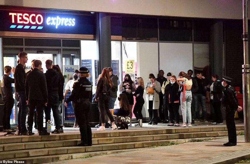 """Η αντι-Covid """"εξέγερση"""" της νεολαίας- Ουρές και συνωστισμός μετά το…lockdown των μπαρ (εικόνες)"""