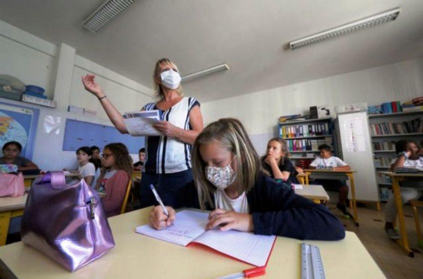 Σχολεία και κοροναϊός: Τέλος οι τάξεις – Θρανία στο σπίτι