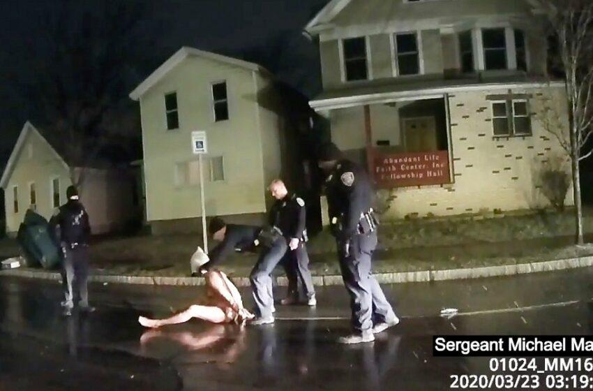 Δολοφονία αφροαμερικανού με νέο βίντεο-σοκ: Του έβαλαν σακούλα στο κεφάλι ενώ ήταν γυμνός στο δρόμο (vid)