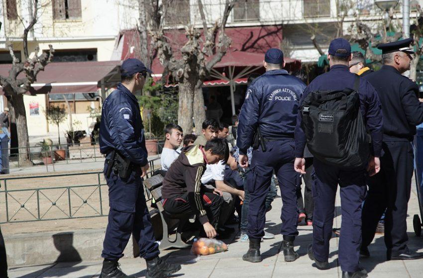Μεγάλη αστυνομική επιχείρηση στην πλατεία Βικτωρίας – Διώχνουν οικογένειες και πρόσφυγες