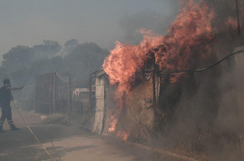 Φωτιές στην Αττική: Βελτιωμένη εικόνα – Θλιβερός απολογισμός στην Κερατέα – Κάηκαν τουλάχιστον 5 σπίτια