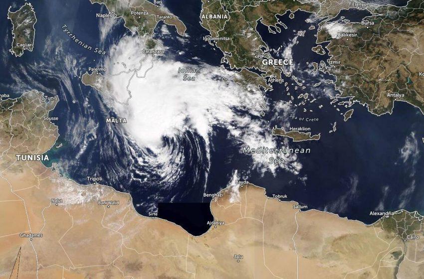 """Κακοκαιρία """"Ιανός"""": Άλλαξαν πάλι τα δεδομένα, μετατρέπεται σε κυκλώνα (vid)"""